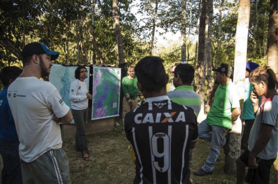 Expedição no Rio Buriti, na bacia do Juruena, com populações indígenas da Terra de Tirecatinga. De acordo com dados da Aneel e da EPE, em toda a bacia do Juruena está prevista a instalação de 102 usinas, entre UHEs e PCHs. A expedição buscou, assim, refazer o vínculo dos indígenas com seu próprio território, preparando-os para fazer frente aos impactos sociais e ambientais dos grandes projetos. Foto: Andreia Fanzeres/OPAN.