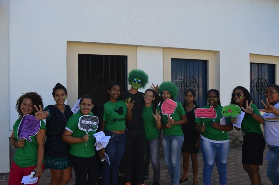 Ação de estudantes denunciando a contaminação de rios em Igarassú - PE, 2015. O projeto realizou um diagnóstico sobre a situação dos rios na cidade em conjunto com estudantes secundaristas e pesquisadores, culminando em ações de rua em frente à Prefeitura e em Recife.