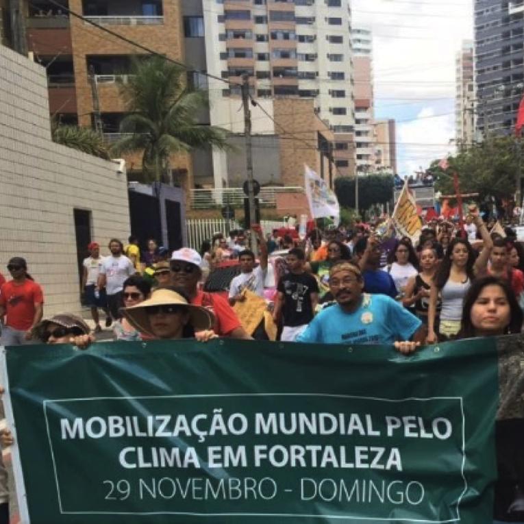 Preparação para a Mobilização Mundial Pelo Clima de Fortaleza no Grito dos Excluídos, 2015. Além deste e outros 2 atos públicos, o projeto realizou uma sequência de 8 oficinas de ativismo pelo clima com estudantes secundaristas do Ceará.