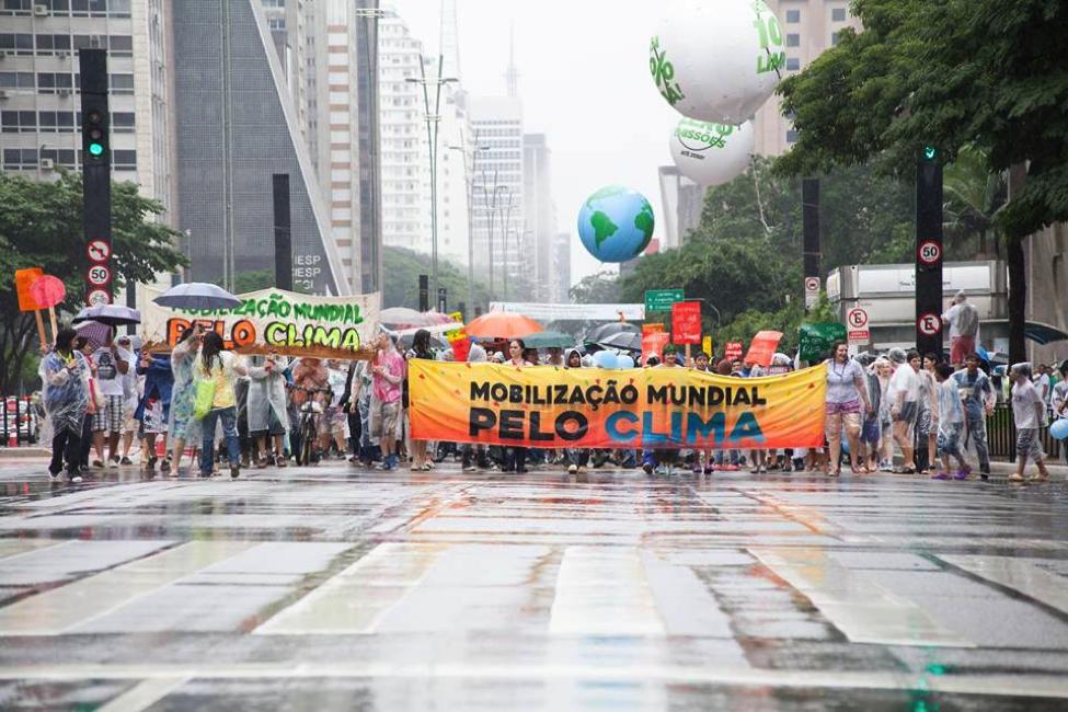 Mobilização Mundial Pelo Clima em São Paulo, 2015. A Mobilização foi construída por uma articulação de mais de 30 organizações e ajudou a consolidar a importância das reivindicações da sociedade civil na COP 21. Foto: Paulo Pereira.